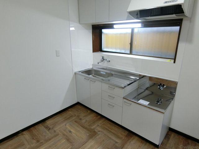 優しい光が差し込むキッチンは、新規交換済です。どこをあけても収納になっておりますので、追加の食器棚を置かなくても問題ないかと思います。