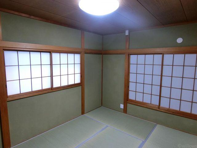 和室6畳。畳の香りが懐かしい気持ちにさせてくれます。新規張替えしておりますので、そのままでもお住まい頂けます。