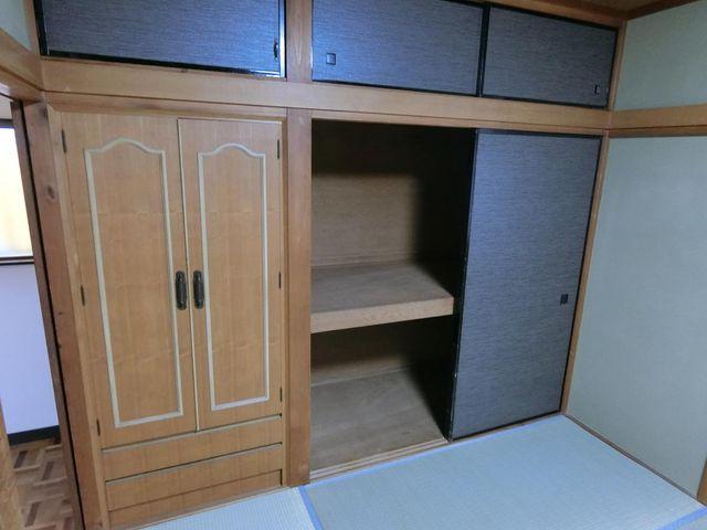 和室収納。奥行きがあり、お布団やお掃除用具などのかさばるものも収納可能です。