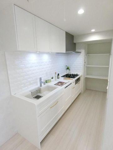 キッチン奥には大きな収納がございますので、ストックなどの置き場に困らないですね。