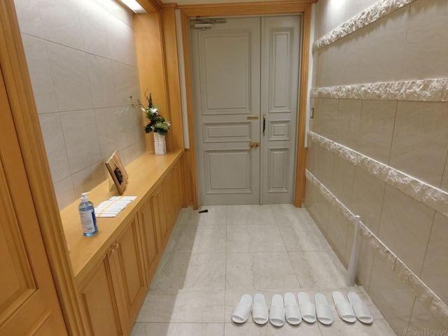 温かみを感じるウッド調と、高級感のあるタイルがマッチした玄関です。収納力もございます。