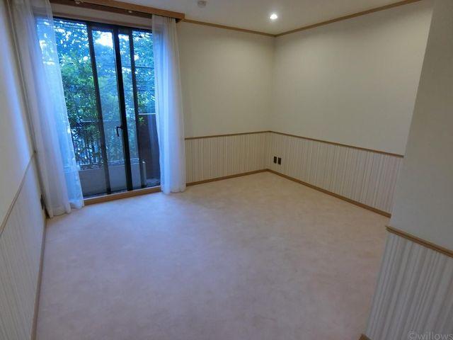 7.2畳の居室です。白を基調としたお洒落な居室です。主寝室やお子様のお部屋など、マルチにご利用頂けます。