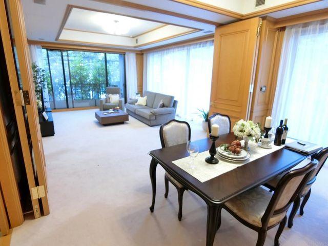 扉を閉めて1つの部屋として使うのも良し、開放してゆったりご利用頂いても良いですね。ダイニングテーブル、ソファーを置いても広々。家具配置を考えるのが楽しみになりそうです。