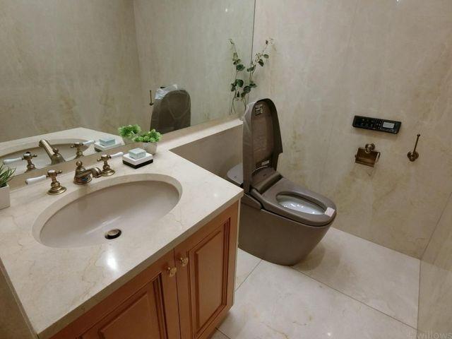 トイレが綺麗だと、毎日さわやかな気持ちになれますね。手洗い場完備の高機能トイレです。