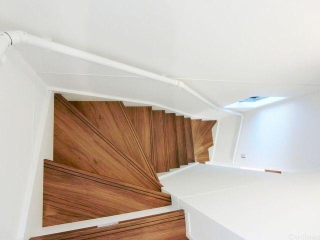 幅、勾配ともにゆとりのある、手すり付きの安全な階段です。