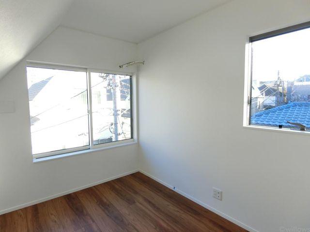 2面採光が嬉しい5.3帖の洋室です。3階部分の為明るく開放感がございます。