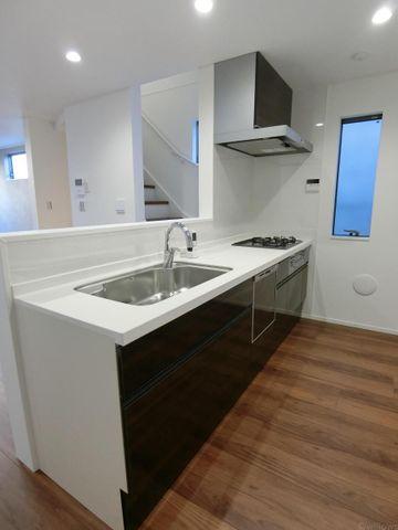 リビングにいるご家族と会話の弾むカウンターキッチンでございます。食洗器・浄水器付の快適設備。窓ございますので、換気も楽々です。