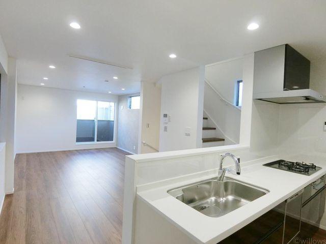 キッチン側から撮影したリビング写真でございます。天井が高く明るい印象がございますよ
