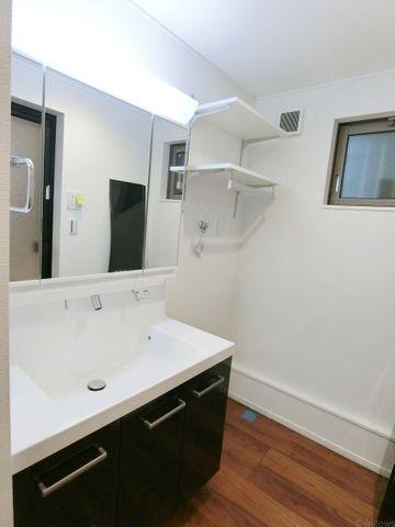 洗面室の洗濯機設置部分です。湿気が気になる洗面室だからこそ窓があるのがさりげない高ポイントです。