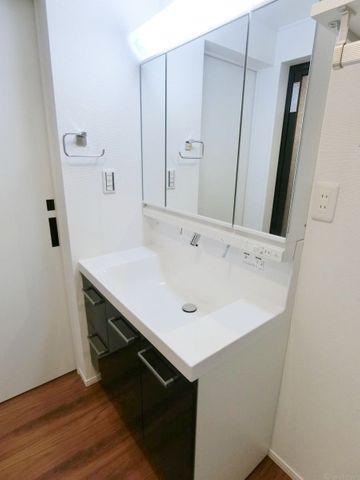 身だしなみチェックや身支度中も快適に。三面鏡の独立洗面台です。裏側は収納になっておりますので、散らかりがちな洗面所もいつでもすっきり、清潔に。落ち着いた色合いがおしゃれです。