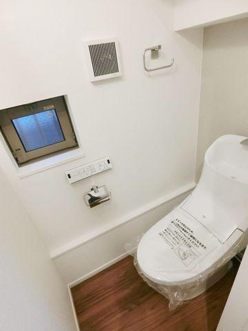 トイレはいつでも清潔にしておきたいですよね。清潔感のある色合い、窓のあるトイレです。1階、3階の2ヶ所にございます。
