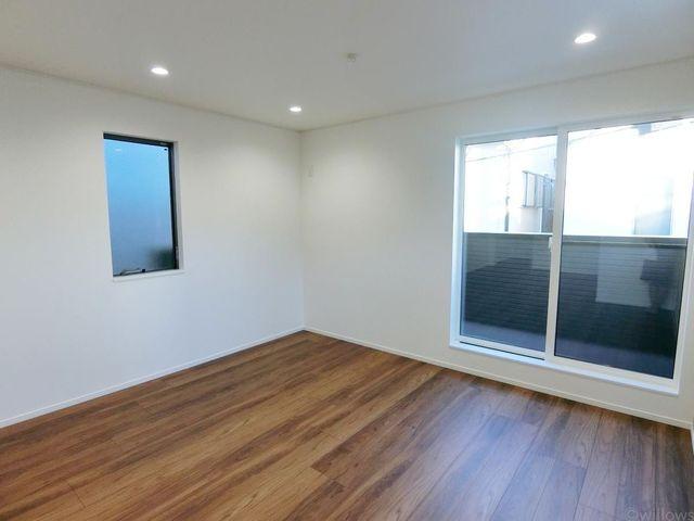 ご家族揃って過ごすリビング部分には、足元から暖まる床暖房を設置。光溢れるリビングの景色は、どこを切り取っても抜けるような伸びやかさがございます。ご家族の団欒を育む素敵な空間。