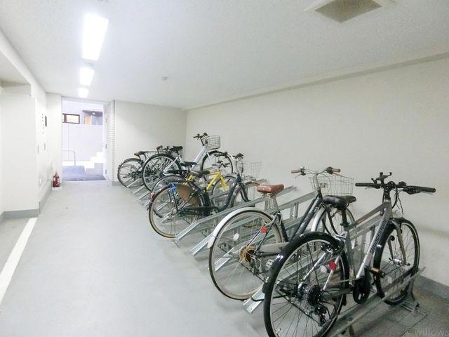 自転車は必需品という方も多くいらっしゃいます。見るとお子様を乗せる自転車も多く、このマンションコミュニティの雰囲気を教えてくれます。月額250~300円、空き状況もすぐにお調べいたします。車場