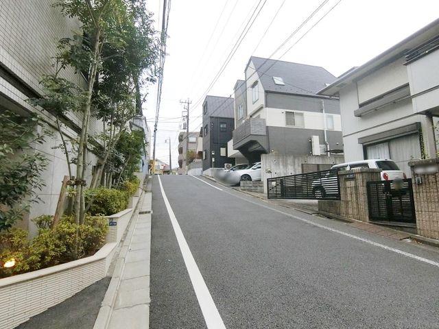 前面道路の様子です。近隣は車どおが少ない住宅街のため、大変静かな環境です。徒歩圏内に病院があり、何かがあった際も安心です。