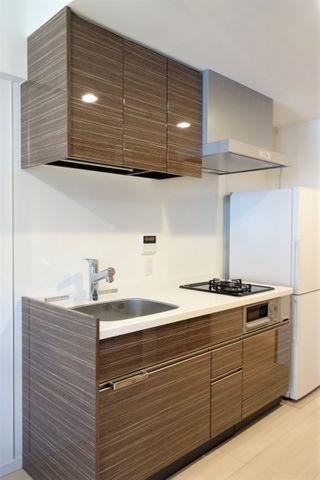 キッチンは背面タイプのため、リビングを広々と感じることが出来ます。どこをあけても収納になっており、食器棚がなくとも快適にご利用頂ける仕様です。