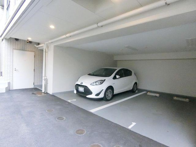 嬉しい敷地内の平置きの駐車場です。空き状況はすぐにお調べさせて頂きますので、お気軽にお問い合わせくださいませ。