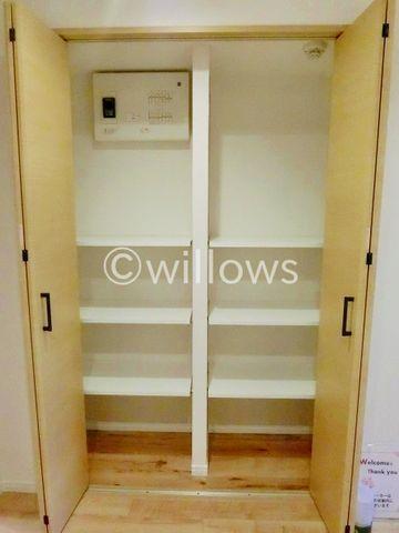 家庭にひとつあるとうれしい大型収納。掃除機等かさばるものを収納するのにとても便利です。可動式の棚になっているので、本棚としても利用できます。