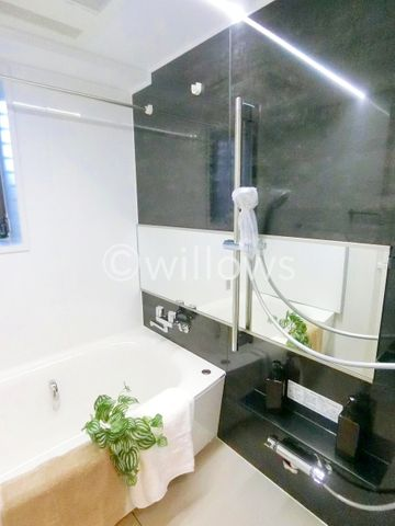 もっとお風呂が好きになる。お風呂に求める「心地いい」という瞬間のために使いやすさと上質な質感を両立するアイテムを備えた空間を演出。浴室暖房乾燥機付きのオートバス。