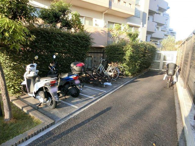 駐輪場はきれいに並べられております。空き状況はすぐにお調べさせて頂きますので、お気軽にお問い合わせください。