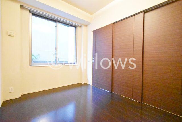 6.3帖の寝室を仕切る間仕切りも床の色と合う建具を使用しております。※室内写真は2019年11月撮影時点