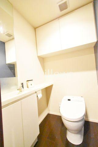 お掃除も楽々なタンクレス型のトイレです。トイレ上部と手洗器にも収納がございますので、掃除用品などの置き場にも困りませんね。※室内写真は2019年11月撮影時点