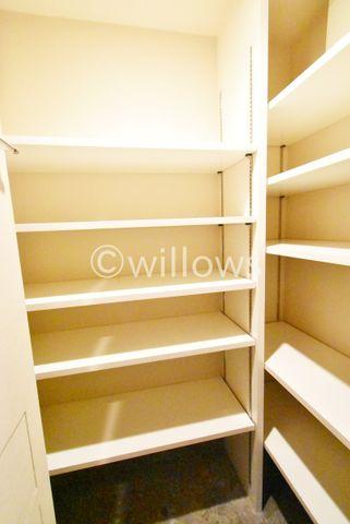 玄関横のシューズインクローゼットは可動式の棚がついており、靴の高さや、量などに合わせて変更可能です。※室内写真は2019年11月撮影時点