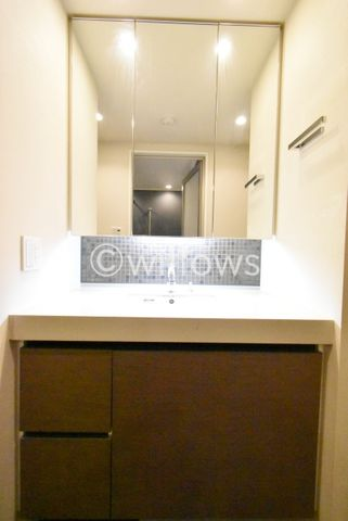 三面鏡・下部にも収納がある独立洗面台でございます。※室内写真は2019年11月撮影時点