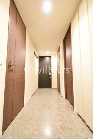 玄関を入ると高級感のあるタイル貼りの室内でございます。※室内写真は2019年11月撮影時点