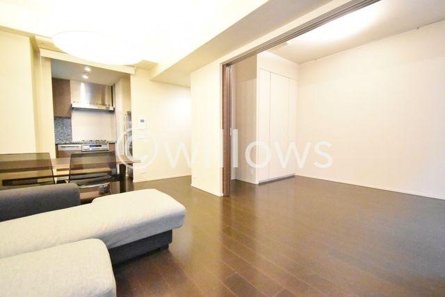 6.3帖の寝室をリビングと繋げて頂ければ開放感のあるワンルームとしても利用可能です。間仕切りがある為突然のご来客にも対応できますね。※室内写真は2019年11月撮影時点