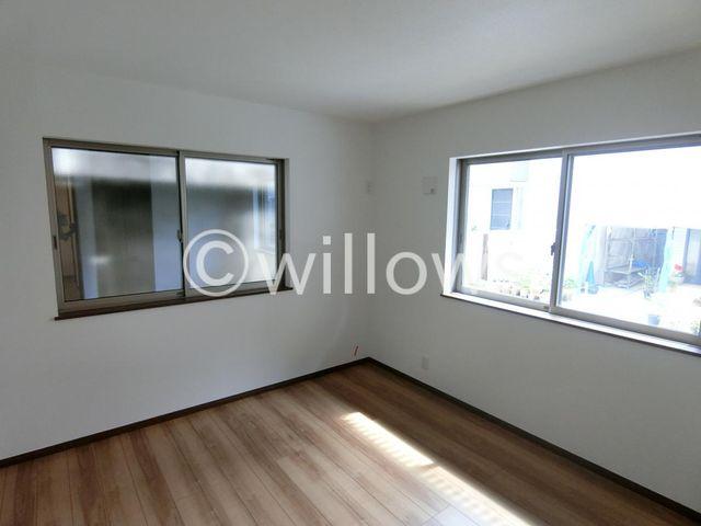 7.8帖の洋室です。キングベッドも余裕ではいる主寝室です。柔らかな光が差し込みます。