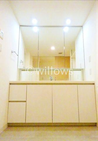 3面鏡が付いている機能的なワイドな洗面台です。