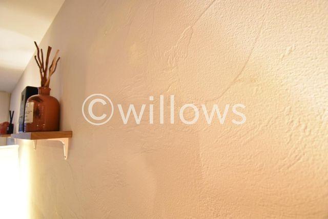 居室の壁には漆喰を。木のぬくもりと漆喰が落ち着いた室内を演出。