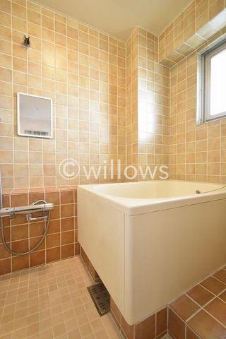浴室にはマンションタイプに珍しく窓が採光をしっかり確保できており明るい環境が整っております。