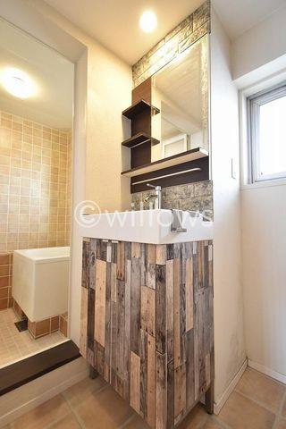 木目調をメインとしたおしゃれな洗面所。1日が始まる準備を木のぬくもりを感じながら行ってみませんか。