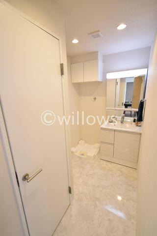 ゆったりとした脱衣所、清潔感のあるホワイトの色合いが素敵です。掃除もしやすい床でいつでも清潔にご利用頂けます。