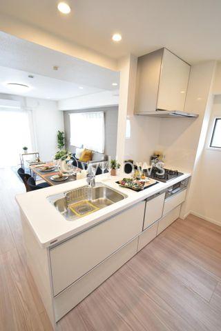 リビングを見渡せる開放的なキッチン。お料理も楽しめそうです。食洗器、浄水器付のハイスペックリノベーション。