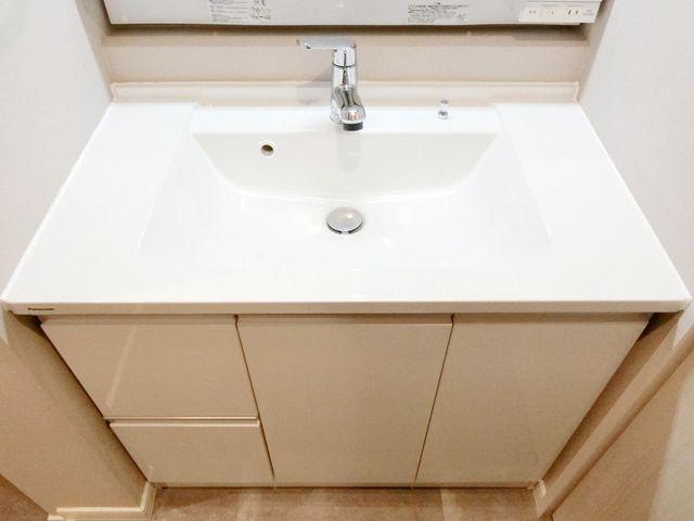 汚れが溜まりにくい、新品の洗面台。お掃除も楽々ですね。清潔感のある色合いで、毎日の身支度もうきうきです。