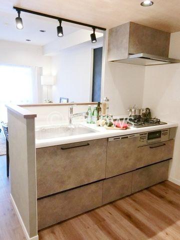 近年最も支持されているのは、リビングが見渡せるオープン型の対面式キッチンです。(食洗機完備!)降り注ぐライトがおしゃれな空間を演出しております。