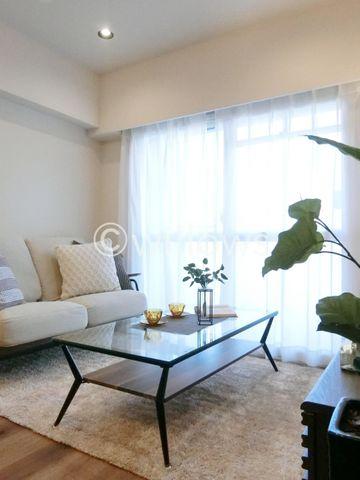 ゆとりあるお部屋サイズとなっております。ソファーを設置しても良し、ダイニングテーブルを設置しても良し。お好みに合わせてご利用ください。
