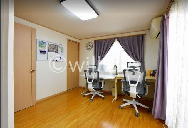 全居室の中で一番広い洋室はクローゼット2つ、2面採光でバルコニーの面しております。綺麗な正方形をしており家具の配置を考えるのも楽しいですね。