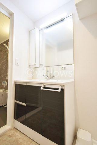 手入れしやすい洗面台なので、お掃除もらくらくです。広々とした空間で、身だしなみチェックや肌のお手入れも快適に。