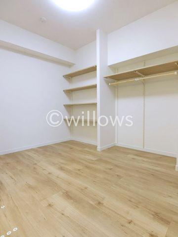 大きなベッドを置いてもゆとりあるお部屋サイズとなっております。ライフスタイルにあわせてフレキシブルにお使い下さい。