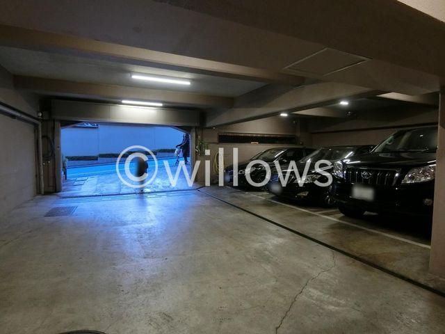 断然便利な敷地内駐車場。機械式は車種が限られますので、お問い合わせ時にお車の車種をご教示下さい。空き状況をすぐにお調べします。