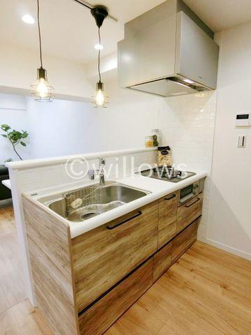 機能性の高い対面式キッチン、純白のクロス、調和を感じさせる落ち着いた色合いのフローリング。リノベーションマンションの真髄をお客様の目でお確かめ下さい。