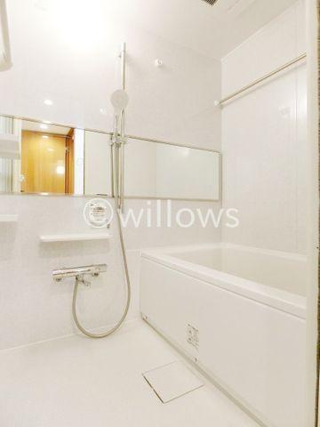 お風呂に求める「心地いい」という瞬間のために使いやすさと上質な質感を両立するアイテムを備えた空間を演出。浴室暖房乾燥機付きのオートバス。