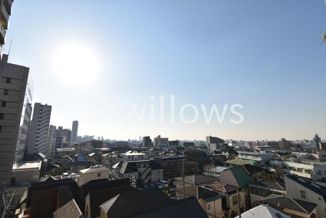 青空が広がる眺望です。晴れた日は外に出てみるととても気持ちが良いですね。前面に高い建物がなく、開放的になっております。