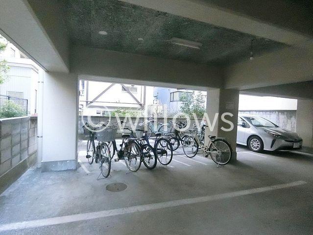 自転車は必需品という方も多くいらっしゃいます。このマンションコミュニティの雰囲気を教えてくれます。空き状況もすぐにお調べします。