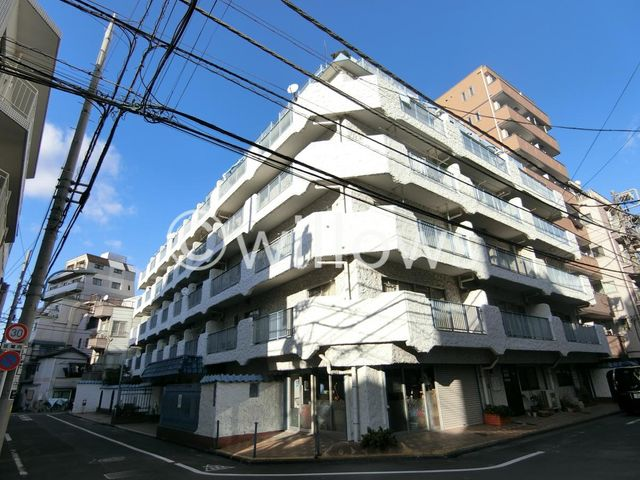 発展を続ける北新宿エリアに佇むヴィンテージマンション。彩りある暮らしが享受できる立地。歴史あるコミュニティのなかで、安心の生活を送って頂けます。築年数を感じさせない外観です。