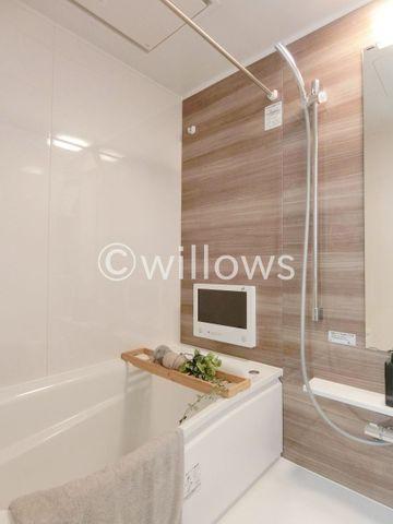 もっとお風呂が好きになる。お風呂に求める「心地いい」という瞬間のために使いやすさと上質な質感を両立するアイテムを備えた空間を演出。浴室暖房乾燥機、追い炊き機能付きのオートバス。