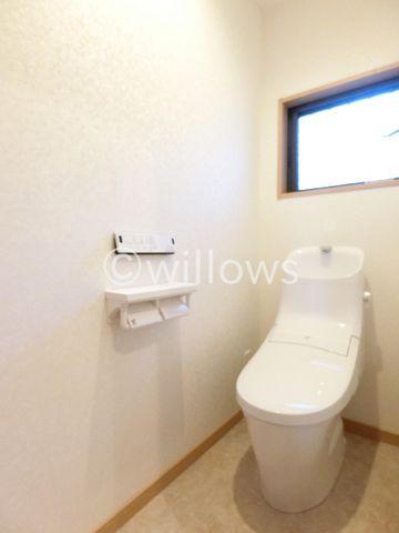 トイレは白を基調とし、清潔感のある空間に。より快適にご利用いただくために、ウォシュレットタイプを採用。お気に入りの絵画を飾ったり、小さなお部屋でも工夫次第で素敵な空間になります。
